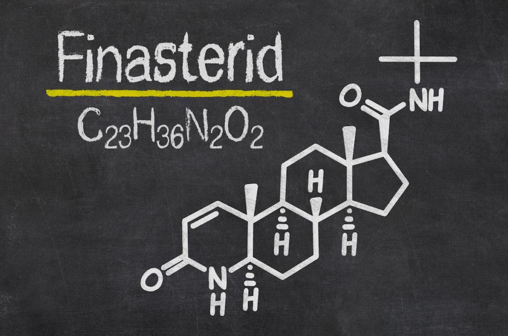 Schiefertafel mit der chemischen Formel von Finasterid